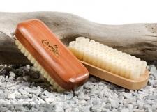 Замша.  Замшевую обувь можно чистить специальными резиновыми щетками.